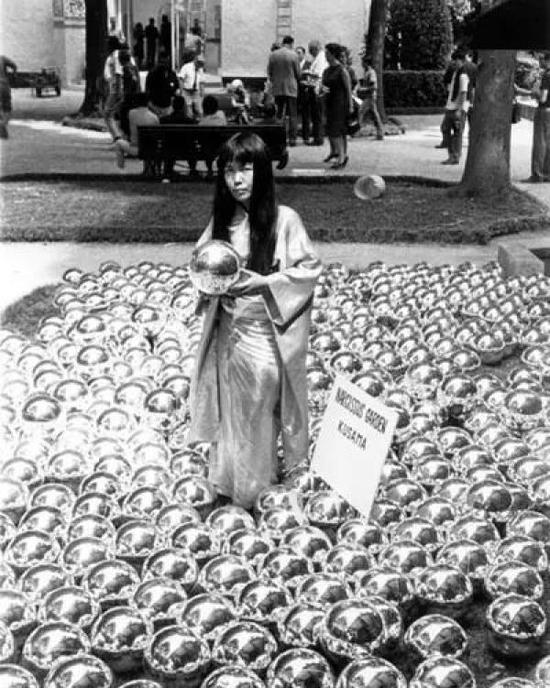 第33届威尼斯双年展,草间弥生制作的由1500 颗镜面球组成的艺术装置。