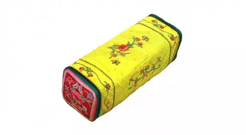 绣花枕头 长21厘米、宽12厘米、高12厘米