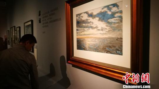 观众在展览上欣赏画家油画《海阔天空》 应妮 摄