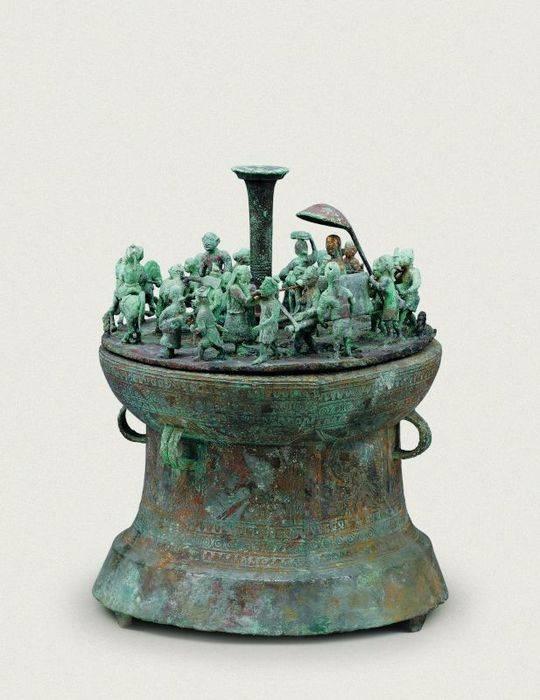 这是云南李家山青铜器博物馆馆藏的西汉纺织场面贮贝器。