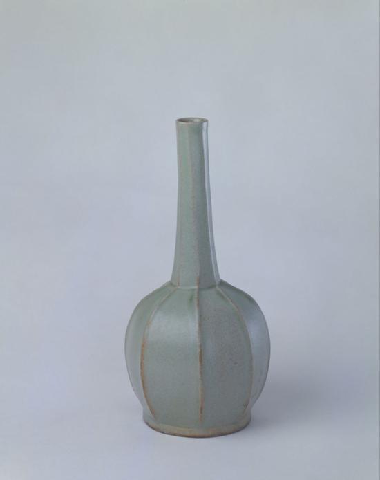 越窑青釉八棱瓶,高21.7cm,口径2.3cm,足径7.9cm。