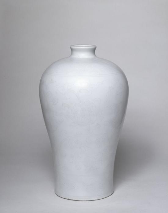 甜白釉划花缠枝莲纹梅瓶