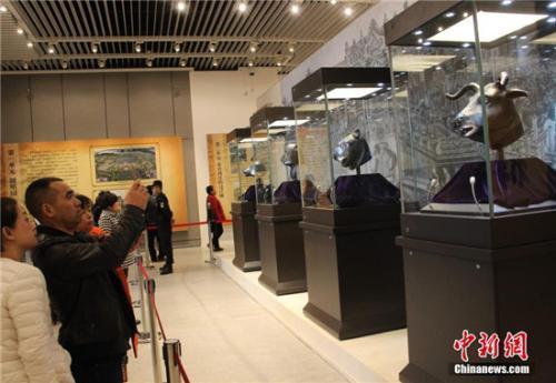 """陕西渭南博物馆展出圆明园十二生肖兽首中的四枚兽首""""牛首、虎首、猴首、猪首""""。(中新社记者 张一辰 摄)"""