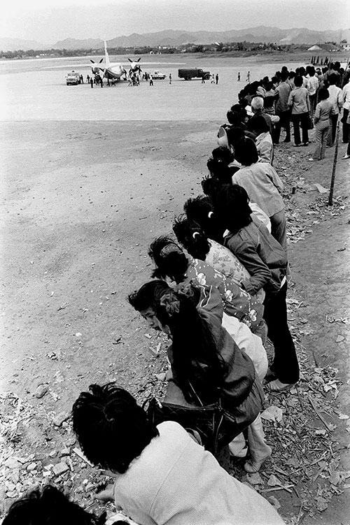 1983年,广东,梅县侨乡第一次降下民航飞机 ,吸引了围观群众。