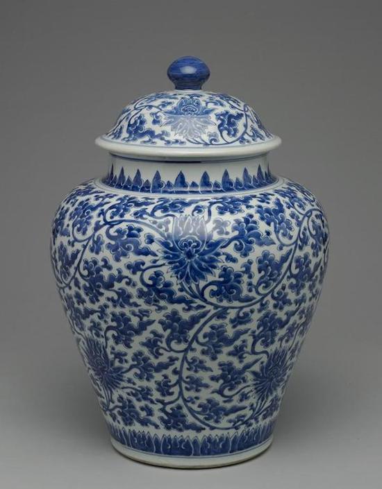 清 十八世纪上半叶 青花缠枝番莲盖罐 台北故宫博物院藏