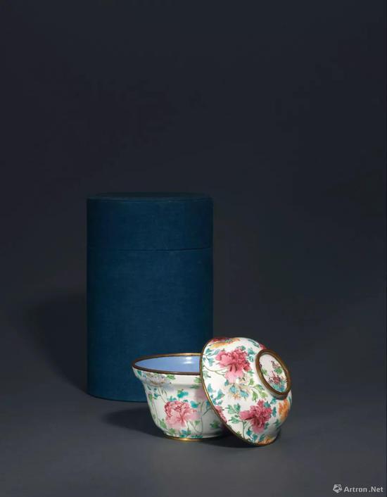 清 十八世纪 铜胎画珐琅牧丹纹盖碗 直径 12.6 cm。