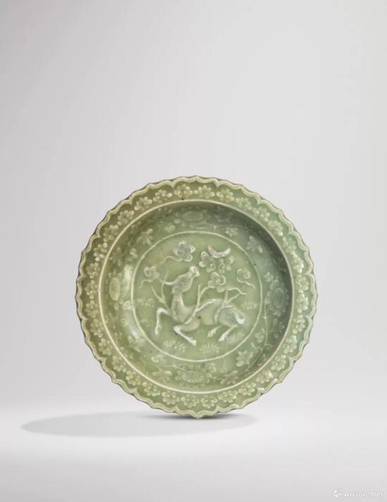 拍品编号33 元/明十四世纪 龙泉窑青釉刻犀牛望月图葵式盘
