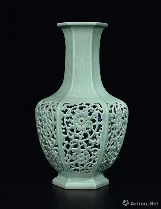 清乾隆外粉青釉浮雕芭蕉叶镂空缠枝花卉纹内青花六方套瓶