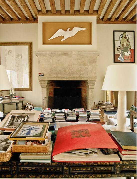 纪梵希的豪宅墙上挂着众多的艺术品