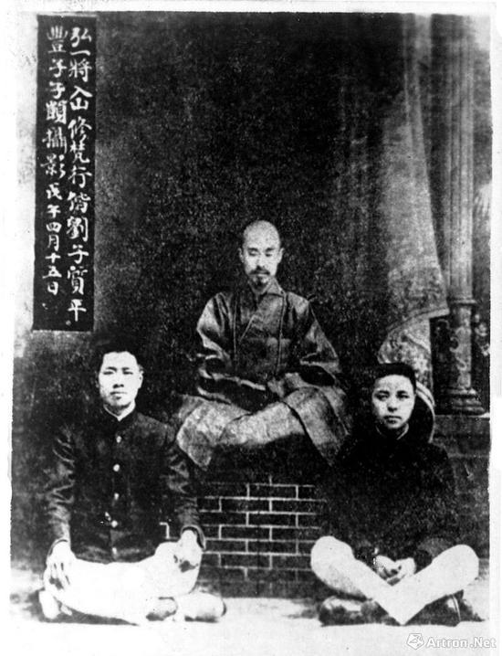 1918年,弘一将入山修梵行携弟子刘质平、丰子恺(右)合影