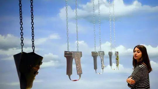 《贞操带》背后是模拟伦敦6月份下午3点的天空