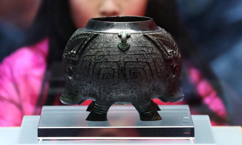 青铜猪形卣在上海博物馆一楼大厅展出,迎接猪年新春。