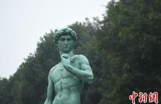 图为学生路过《大卫》雕塑。