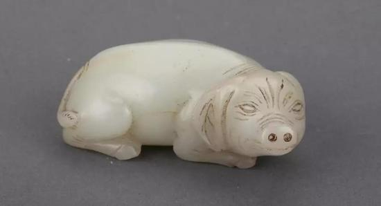 明 白玉卧猪长7厘米,宽3厘米,高2.8厘米