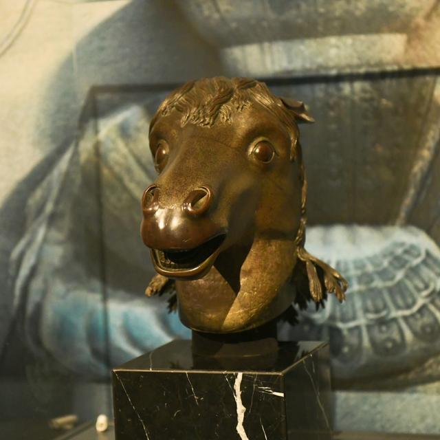 马首铜像 资料图