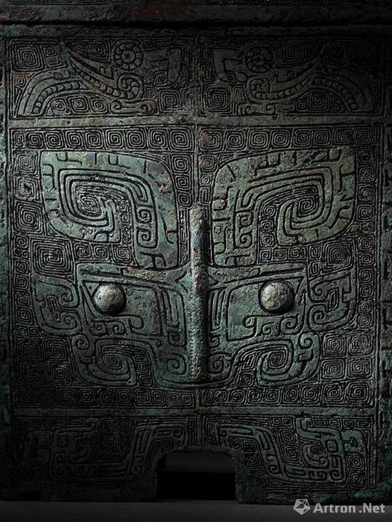 Lot 2153 商 青铜兽面纹提梁卣 L:18cm; W:16cm; H:22.6cm