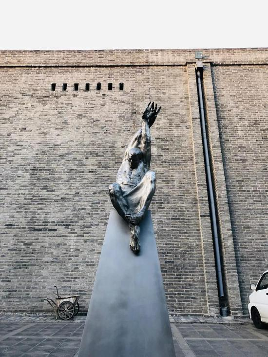 李遂 《形》 材质青铜、白钢 170×160×465cm 2017