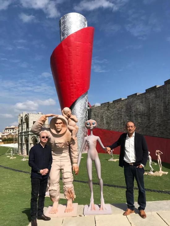 国寿嘉园·逸境项目总经理庄东辉先生与艺术家傅榆翔在其雕塑作品前合影