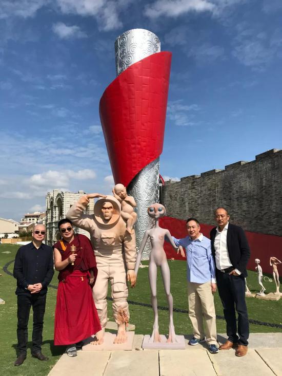 左起:傅榆翔、圆芒师、石铁先生、庄东辉先生在雕塑作品前合影