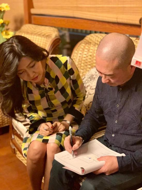 傅榆翔在赠送的画册上签名题字