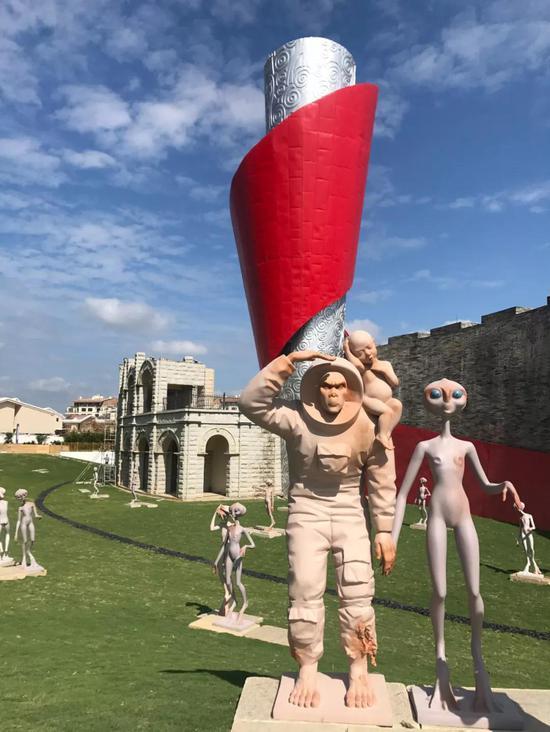 """图为《移民外星人》大型装饰艺术作品""""主雕""""——穿着宇航服的猩猩"""