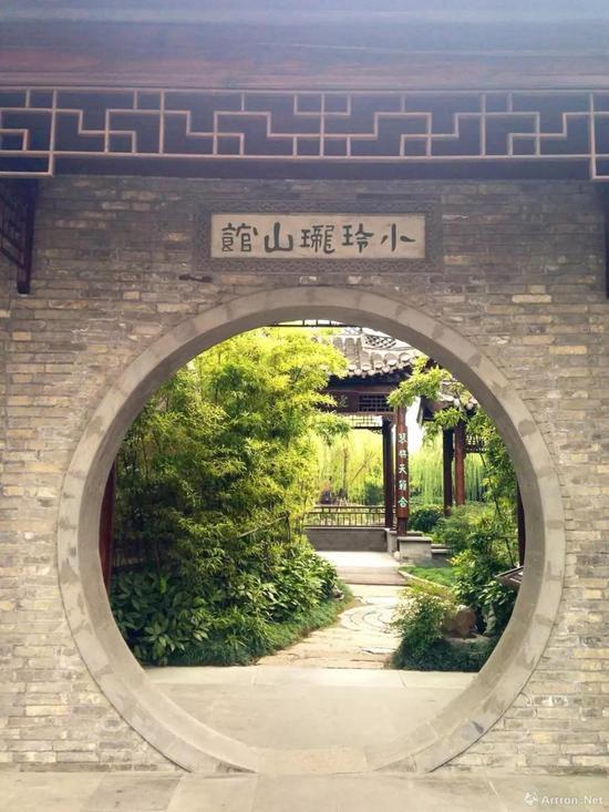 """小玲珑山馆位于今扬州东关街,是马氏兄弟的藏书楼,藏书多达10余万卷,匾额上的""""小玲珑山馆""""五个字为郑板桥所题,与马氏兄弟交好的文人们经常在此雅集"""