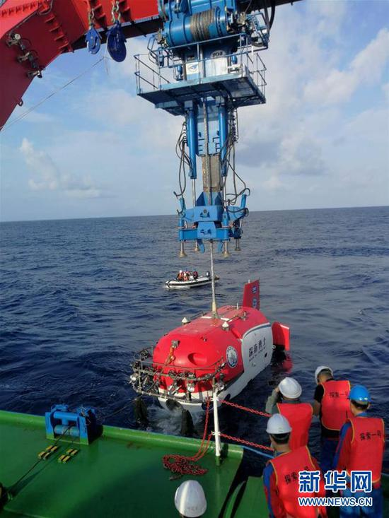 """这是4月20日拍摄的载人深潜器""""深海勇士号""""执行第一次下潜任务(资料照片)。"""