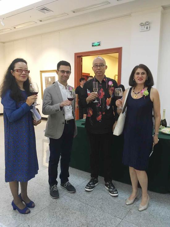 左起:华中美术馆白杰、西班牙王国驻中国大使馆大使侯塞路易斯(Jose Luis GarciaGalan)先生、艺术家杨佴旻、西班牙王国驻中国大使馆文化参赞格罗丽亚(Gloria Minguez)女士 开幕式现场