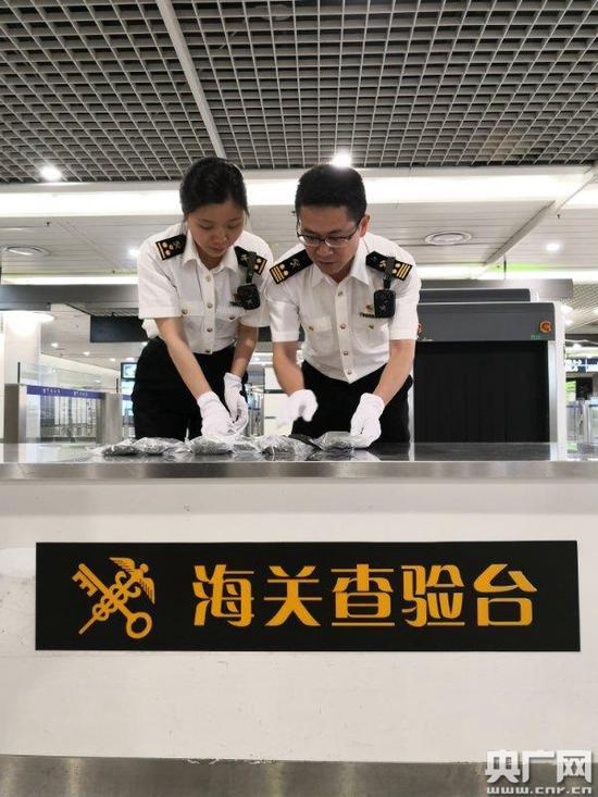 成都海关查获一起非法携带文物出境案现场查获古钱币1162枚
