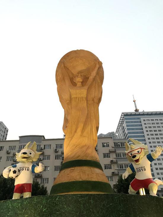 郑州街头现巨型足球世界杯雕塑