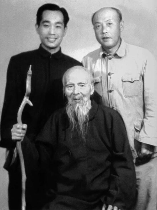 前:齐白石先生,后左起:许麟庐先生、李苦禅先生