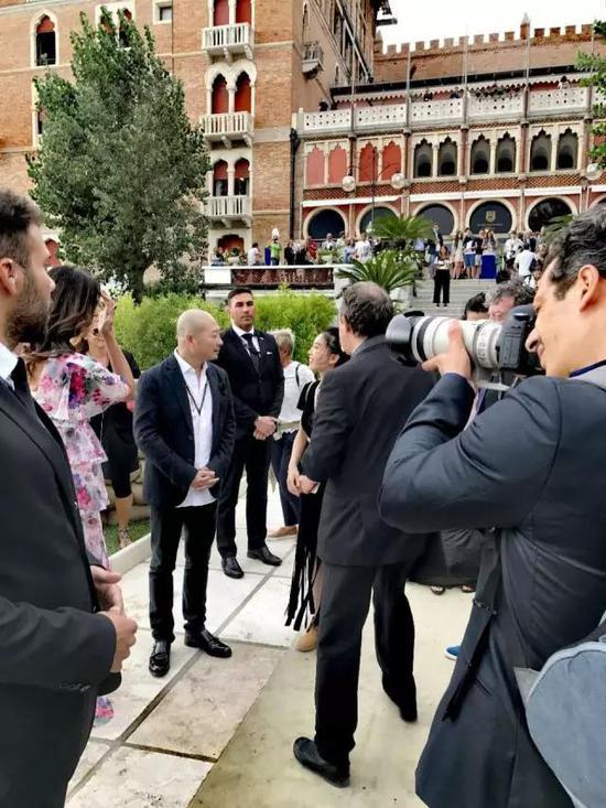 傅榆翔与玛莉亚·嘉西亚·古欣娜塔在电影节期间接受媒体采访