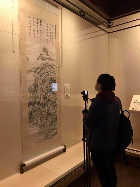 参观者在此次展览最高的董其昌山水立轴《青卞图》 前