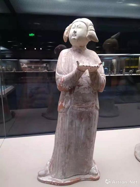 捧物女俑,西安博物院藏