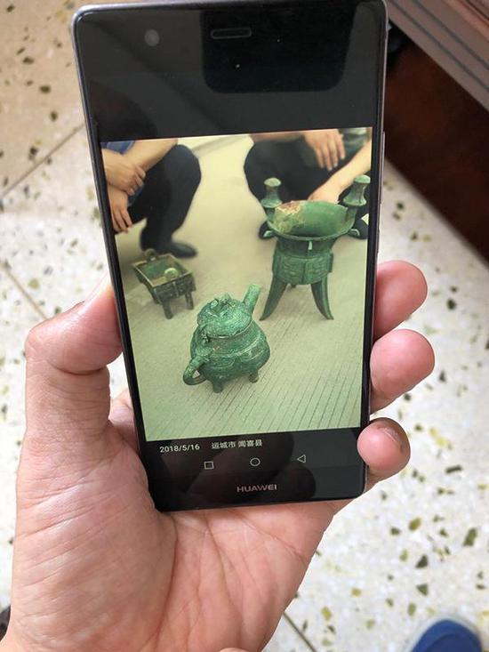 办案民警展示追缴到的青铜器。本文图片 澎湃新闻记者 王乐(特殊注明的除外)