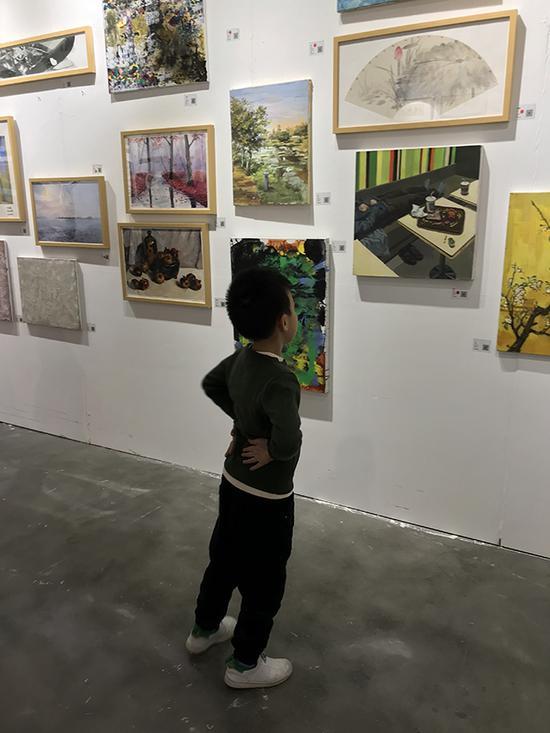 小朋友一眼就选中了一幅如意菩萨画像——