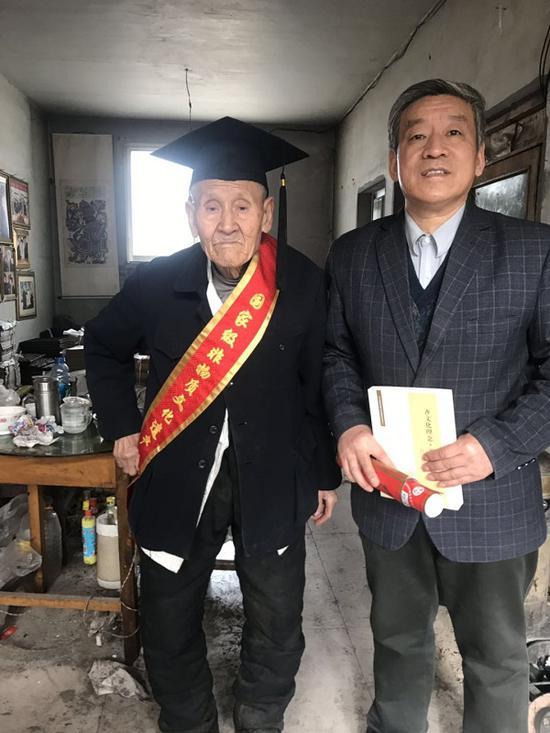 九十三岁的杨洛书(左)