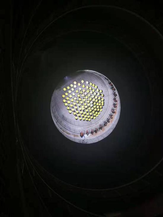 《上海日食》,巴勃罗·巴尔加斯·卢戈与上海中学生。