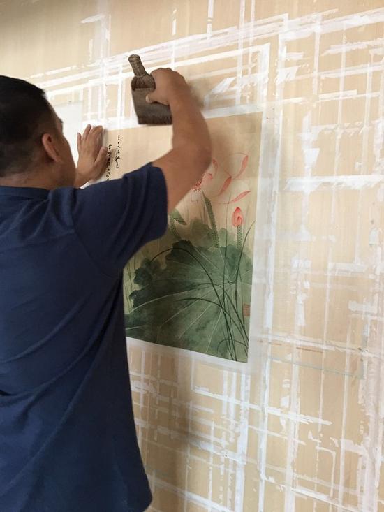 修复过程演示:托画上墙