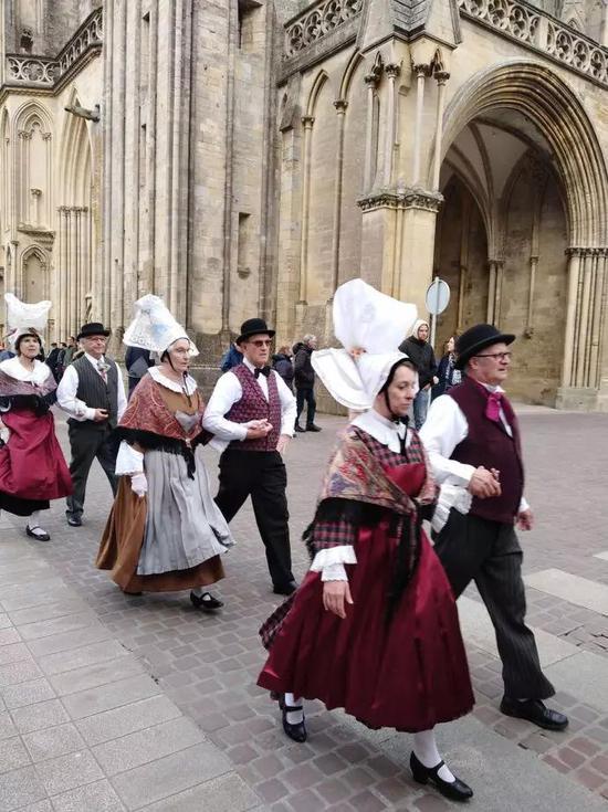 Les Chantous d'la c?te诺曼底大区快乐海岸传统服饰协会