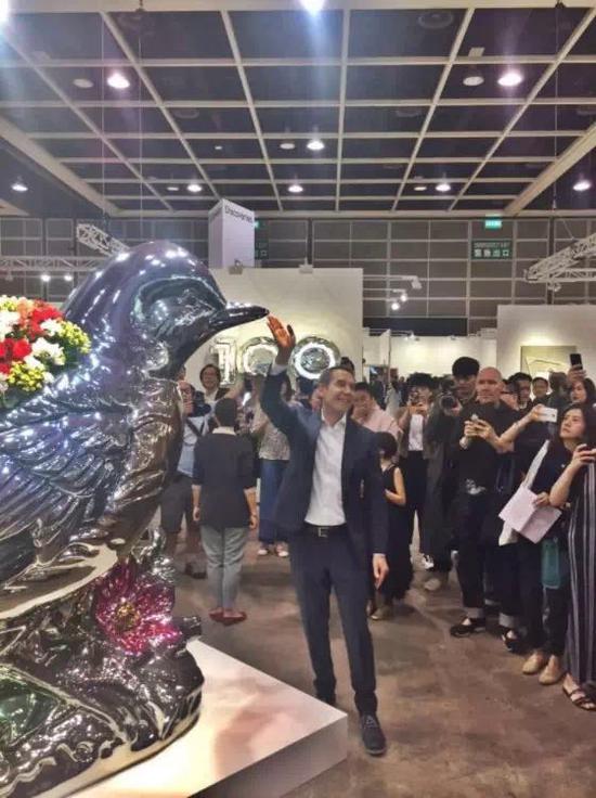 杰夫·昆斯在最近举行的香港巴塞尔艺博会上。图片:by Eileen Kinsella