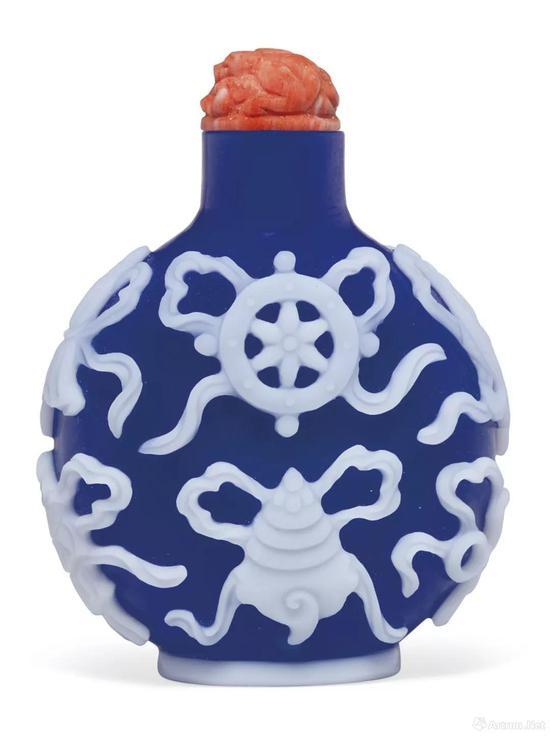 拍品编号642 1760-1820年 蓝地套白玻璃雕八吉祥鼻烟壶