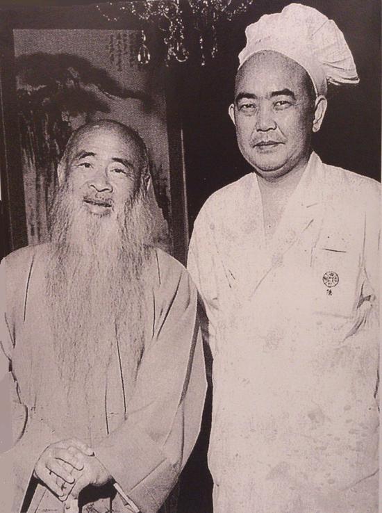 图9。张大千先生和御厨、海外中国川菜第一名厨陈建民先生合影