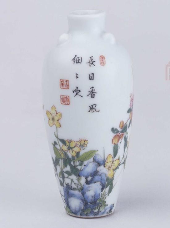 故宫博物院藏清乾隆珐琅彩山石花卉纹小瓶