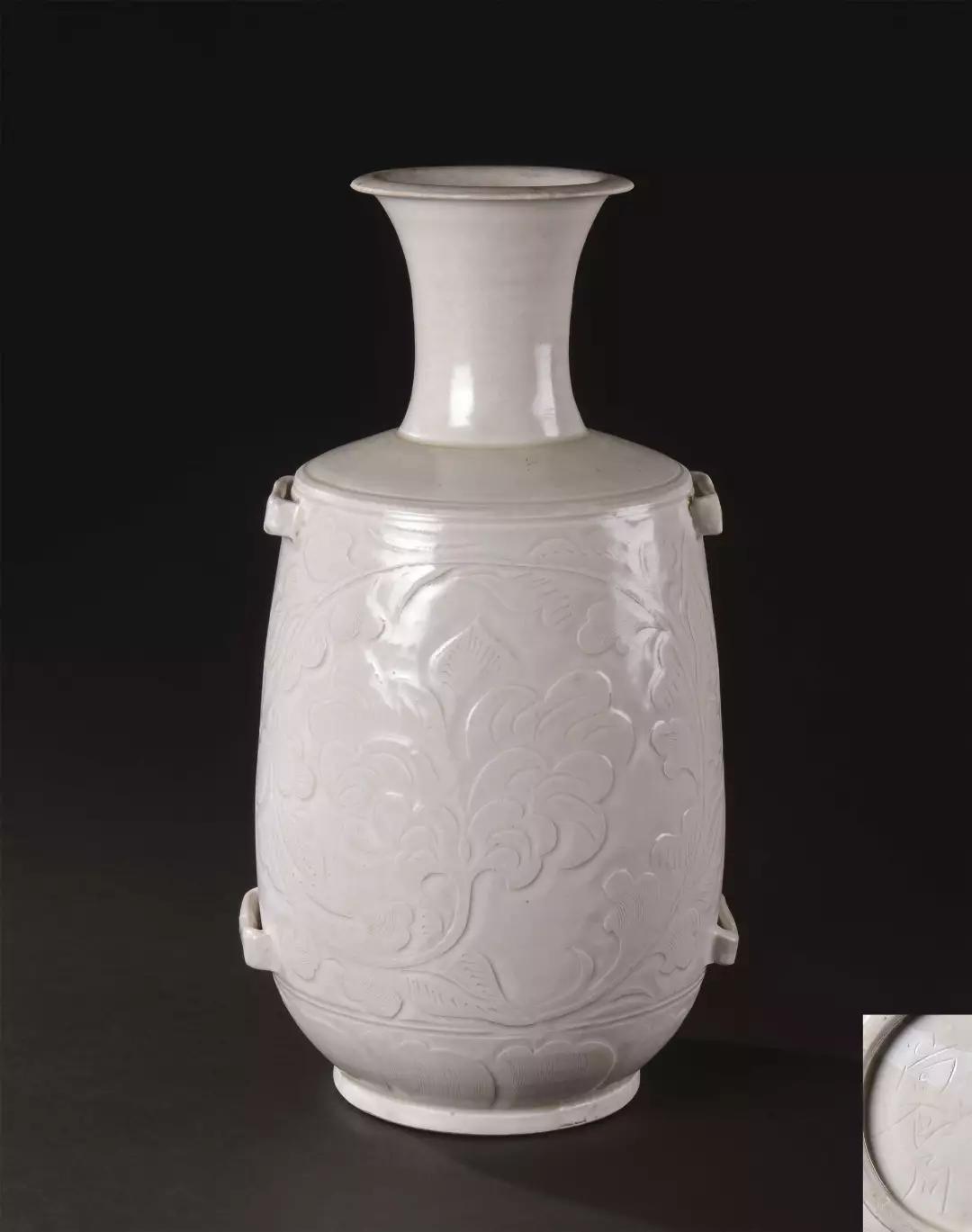 以3658万港元成交的北宋定窑莲瓣刻花穿带瓶