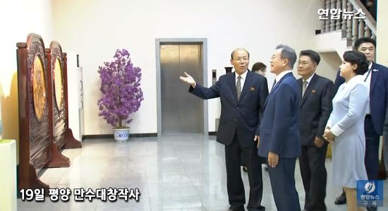 文在寅夫妇参观万寿台创作社(图/韩联社TV)
