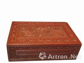 北京故宫藏剔红三狮图长方盒盖面三狮图