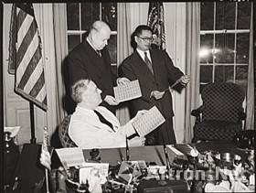 """图5 1942年7月8日,罗斯福总统与宋子文在白宫观赏""""中国抗战五周年纪念""""邮票"""