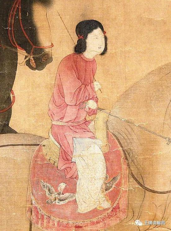 《虢国夫人游春图》里的侍女同样穿着男式圆领袍,但发型与袍内装束仍是女式的