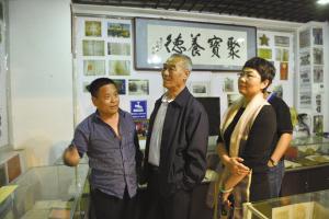 张家柱(左)向参观者讲解民国时期铁路信号灯